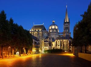 Aachener Dom bei Dämmerung
