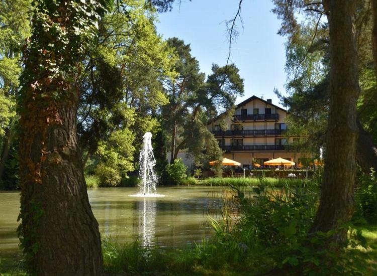 Parkhotel Roedermark Blick ueber dem See
