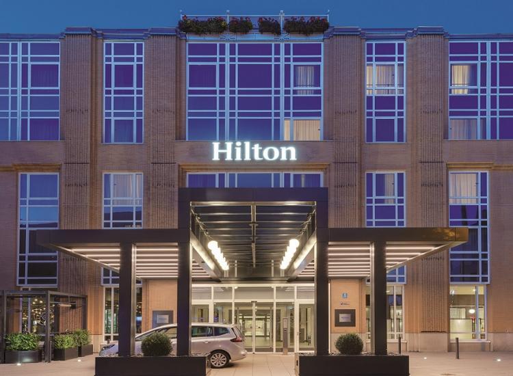 Hilton Muenchen City Aussenansicht Abend