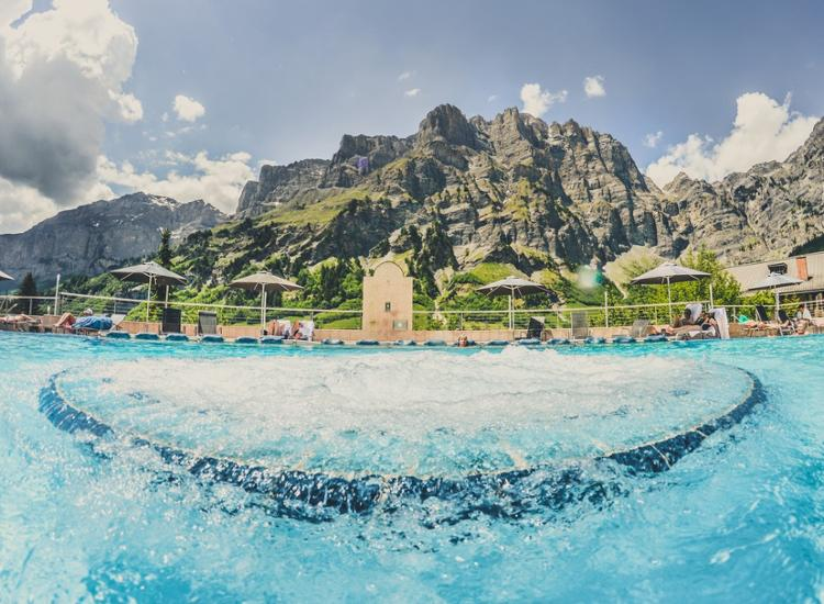 Thermalhotels u Walliser Alpentherme Leukerbad Alpenpanorama im Thermalbad