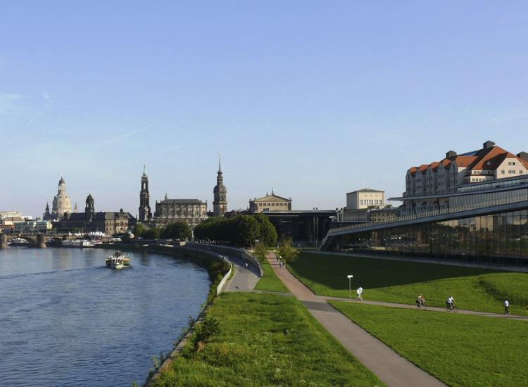 Maritim Hotel Dresden Aussenansicht Elbe