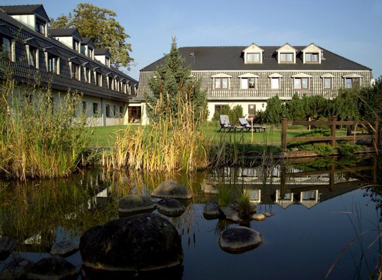 Hotel Landhaus Geliti Aussenansicht mit See