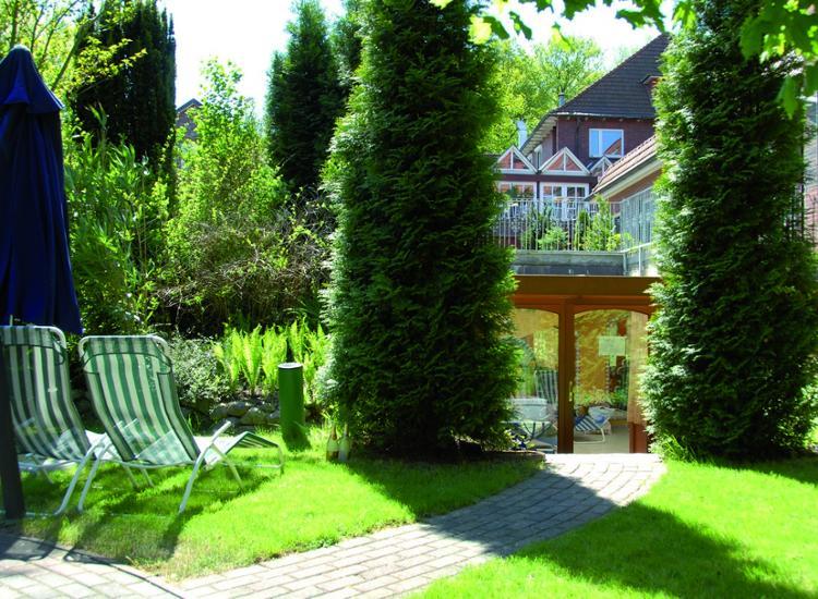 GreenLine Hotel Holst u Vitalis Therme Garten mit Liegen
