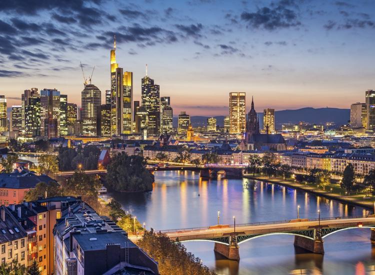 Skyline Daemmerung Frankfurt am Main