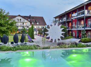Hotel Gierer am Bodensee Pool beleuchtet