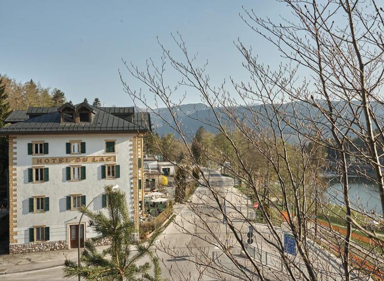 Hotel Du Lac Aussenansicht Hotel und See