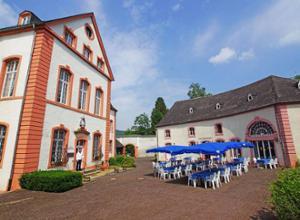 PRISMA Hotel Burg Bollendorf Innenhof