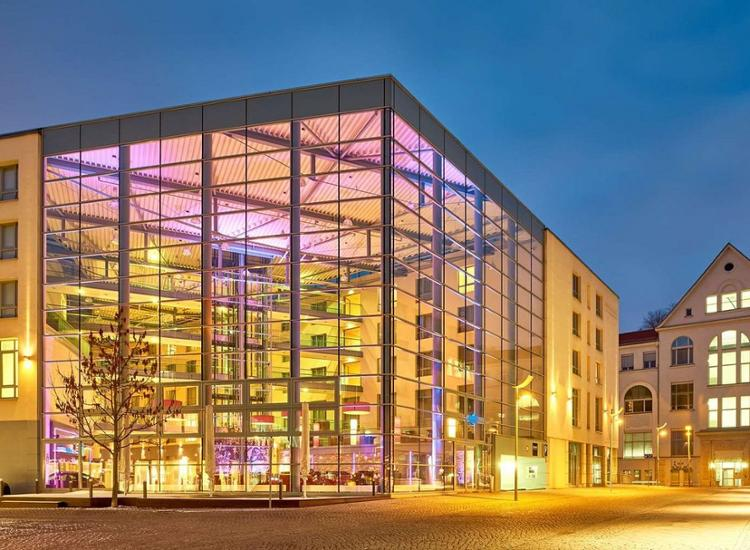 Dorint Hotel Am Dom Erfurt Aussenansicht bei Daemmerung