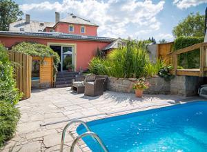 Pytloun Wellness Travel Hotel Pool mit Haus
