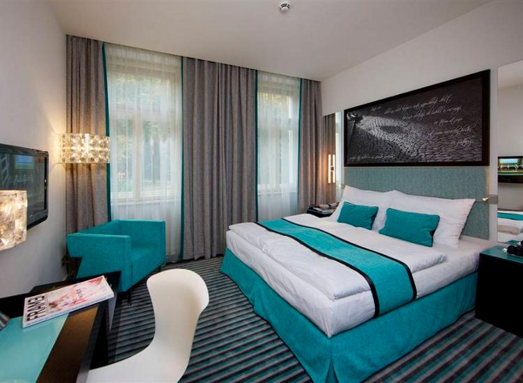 Red and blue design hotel prag for Prag design hotel