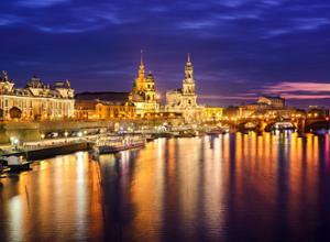 AZIMUT Hotel Dresden Stadtkulisse bei Nacht